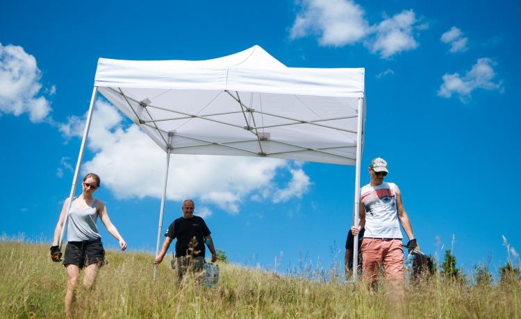 namioty na planie filmowym wieża jasny dzień VITABRI